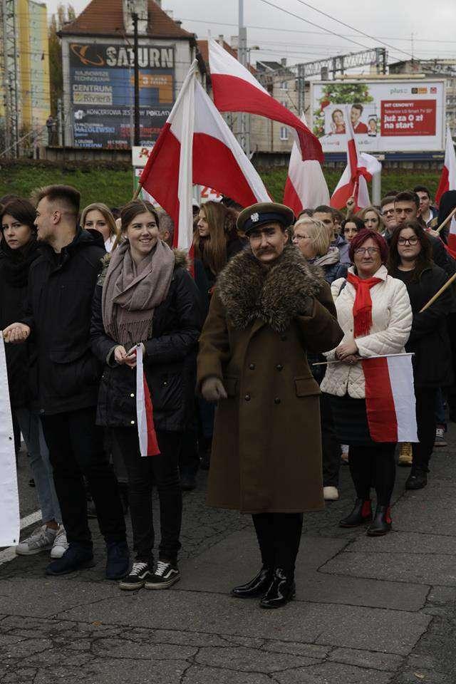 Anna Kwiatkowska z uczniami jako. Ania jako Piłsudzki. Jej pasją jest historia.