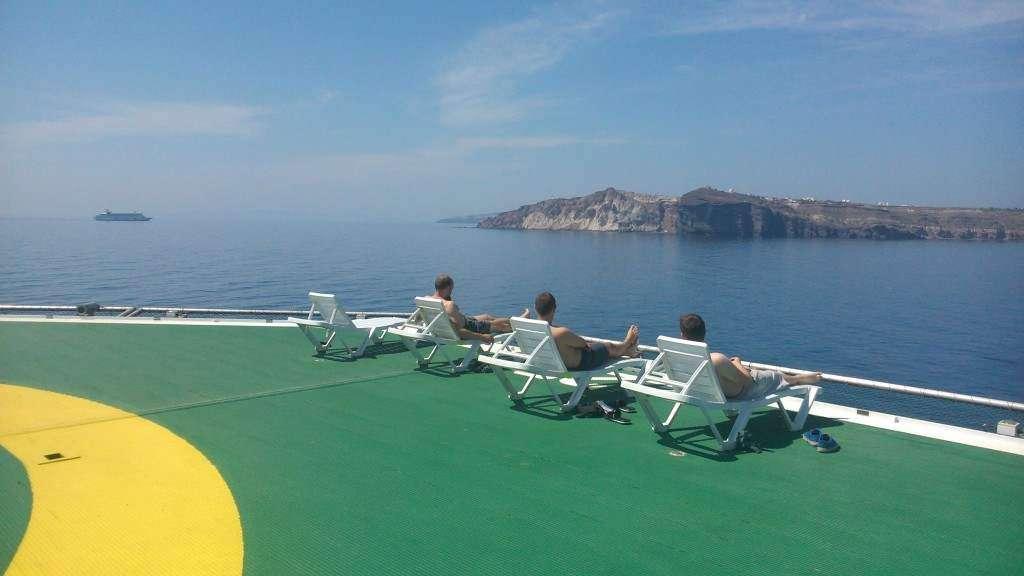 Niedzielny relaks z Santorini w tle.
