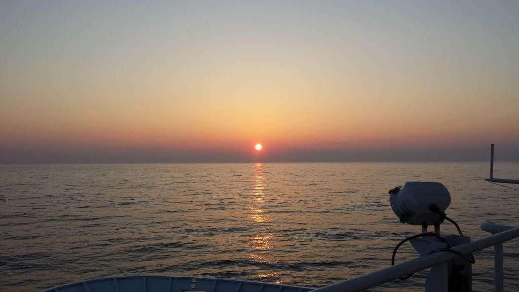na kotwicowisku koło latarni morskiej w Dźwirzynie, podczas rejsu kandydackiego student AM Szczecin na MS Nawigator XX bartosz Fertyk