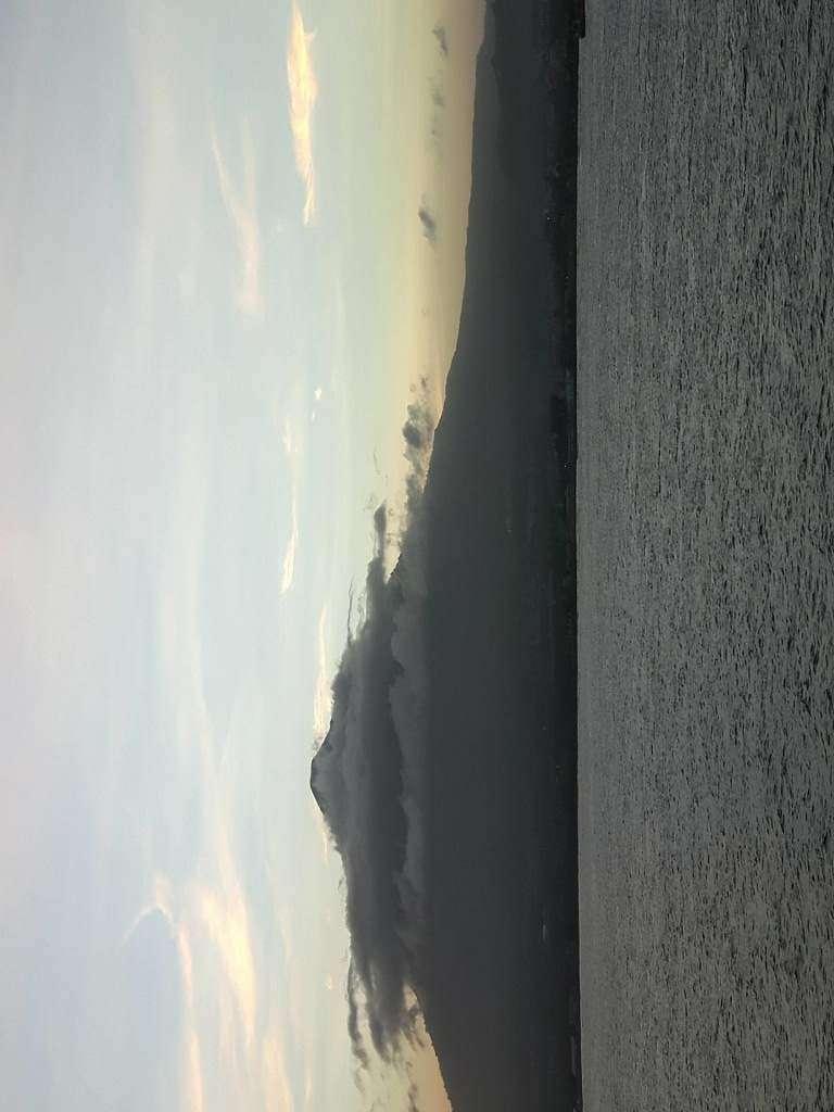 Codzienny widok o zachodzie slonca na nieczynny wulkan Klabat. Wysokosc nad poziomem morza 1995  metrow. PJ