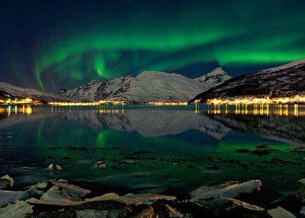 zdjęcie zrobił mój mąż Adam; zorza polarna i widok na port w Norwegii Gosia Samosia